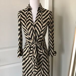 DVF silk dress! Front knot tie front size 2